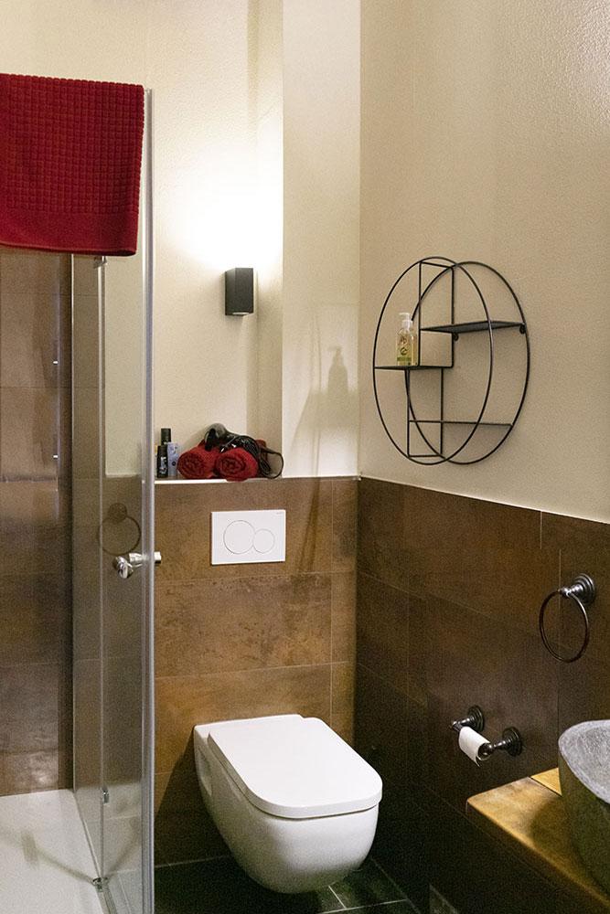 Bad mit Dusche in Zimmer 4